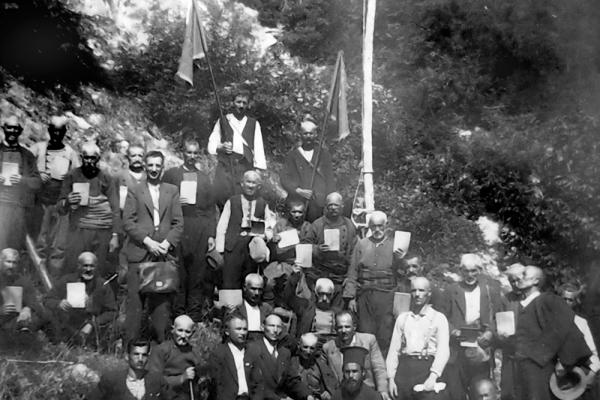 """1938 г. - обща снимка с присъстващите на освещаването и молебена по случай откриване на минералния извор в местността """"Банята"""""""